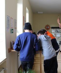"""Jugendliche beim Bearbeiten des Fragebogens """"Wie behindertengerecht ist die LFKS?"""