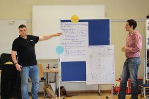 Matthias und Stefan präsentieren den Teilnehmenden die erarbeiteten Ergebnisse