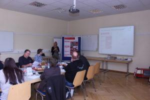 """Projektleiterin Meike Kurtz erläutert den Teilnehmenden die """"Inklusionspatenausbildung"""""""