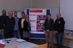 """Mitglieder des Projektbeirates vor dem neu gestalteten Poster zur """"Inklusionspatenausbildung"""""""